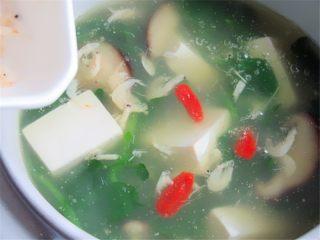 野菜香菇豆腐汤,装碗撒入虾皮搅匀即可,还可以放几粒枸杞子做装饰
