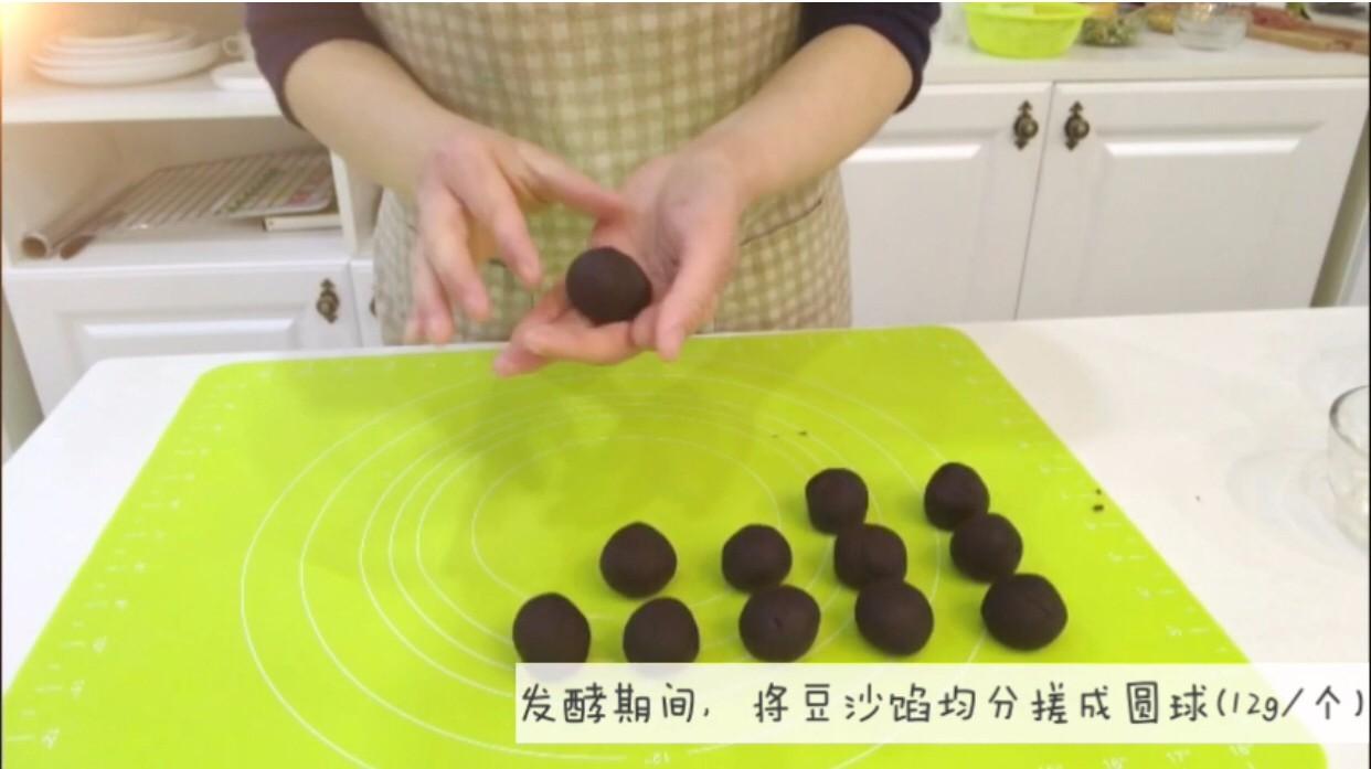 宝宝辅食:宝宝版豆沙面包卷-12M+,7、发酵期间,把提前准备好的豆沙搓成小圆球,差不多每个12g左右。</p> <p>