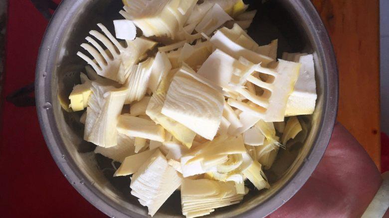 春笋烧肉/油焖春笋,将笋切成块状或者片状,不宜切的太小,因为太小的话吃起来没那么方便,也会让笋本身鲜美的味道打折扣。