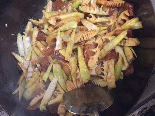 春笋烧肉/油焖春笋,这个时候基本上就差不多了,加一些调料,盐、味极鲜、豆瓣酱。我们一般用六月鲜豆瓣酱,因为味道鲜美,不会太咸也不辣然后颗粒细腻可以和肉充分融合!