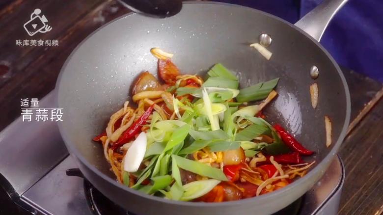 萝卜干炒腊肉-经典不衰的腊味美食,倒入30g青蒜段,再次翻炒
