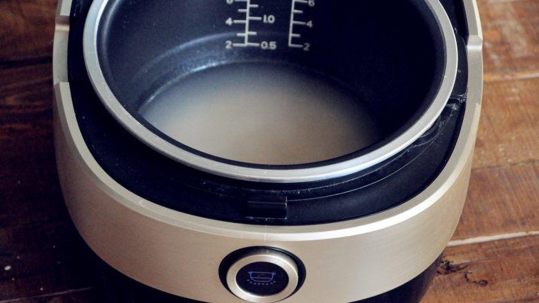 五谷杂粮炒饭,倒入电饭煲,水不宜过多。