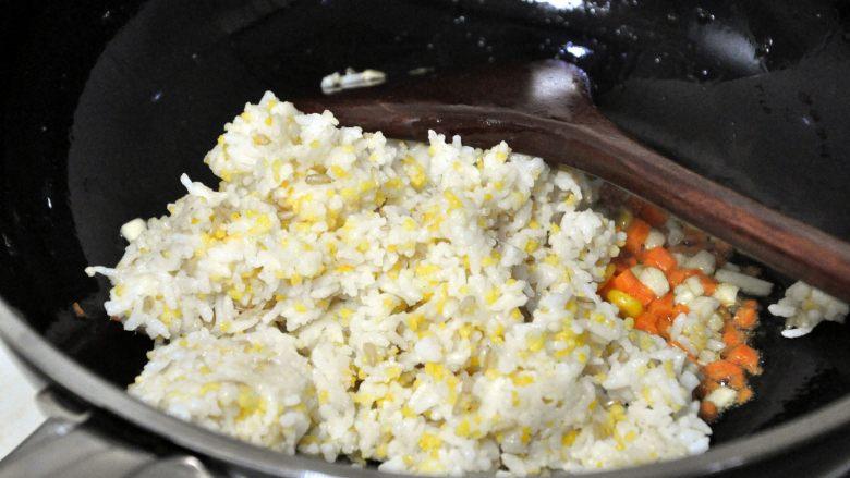 五谷杂粮炒饭, 倒入米饭,中火继续翻炒散开。
