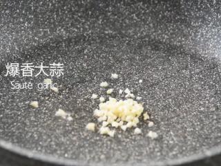 无需刀工,超简单的椒盐排条,起油锅爆香大蒜