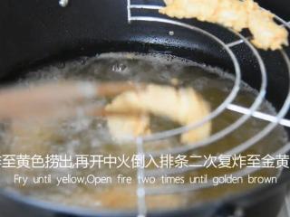 无需刀工,超简单的椒盐排条,炸至黄色捞出