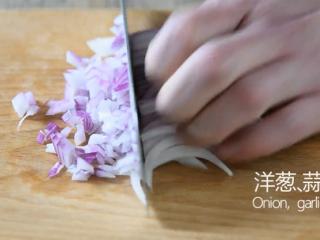 无需刀工,超简单的椒盐排条,洋葱、蒜切末