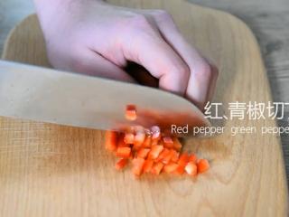 无需刀工,超简单的椒盐排条,红、青椒切丁