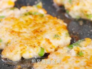 香煎虾饼-宝妈首选的补钙儿童餐,小火慢煎,煎至两面金黄即可