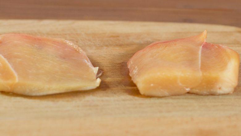 减脂沙拉,<a style='color:red;display:inline-block;' href='/shicai/ 101'>鸡胸肉</a>切开,用最厚的部分,这块的纤维最长,煮熟以后最容易撕开,再平着对半切,切得薄一些容易熟。
