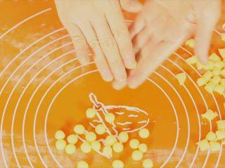 旺仔小馒头,把切好的面团粒放手掌上来回搓成圆形。