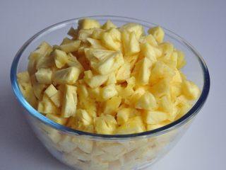 凤梨酥,买了4个菠萝,有大有小,去皮后切块,刚好1800克。
