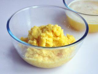 凤梨酥,用滤网将菠萝进行过滤,滤掉水份,尽量干一些,这样节约炒馅时间,如果用纱布挤掉水份更好,菠萝水可以直接喝掉。