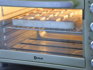 凤梨酥,放入提前预热好的烤箱,170度25分钟,烤至表面金黄即可。