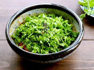 鲜肉荠菜馄饨,接着把荠菜切碎,放进去。