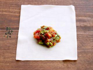 鲜肉荠菜馄饨,取一张馄饨皮,把馅儿放在底部偏上位置,如图。