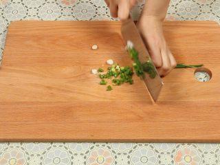 豆腐丸子汤,葱洗干净,切成葱花。