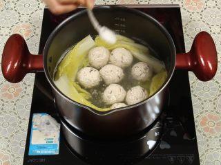豆腐丸子汤,起锅前,加入适量的盐调味。