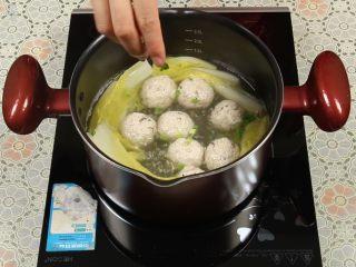 豆腐丸子汤,加点葱花,汤味道更香甜。