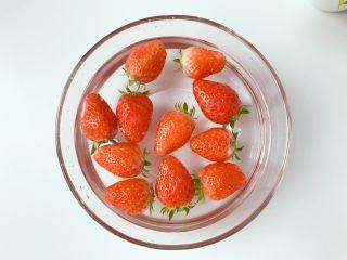 宝宝辅食:草莓干-18M+,草莓不要去叶头,放入水中浸泡15分钟,此时可让大多数的农药随著水溶解。然后将草莓去叶子,放入淡盐水中泡5分钟,再用凉白开冲洗干净。
