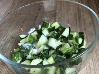 黄瓜拌木耳,黄瓜洗净切去蒂,再切成小丁,加盐拌匀腌制一会儿