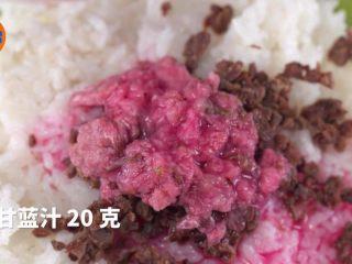 自制高颜值樱花饭团,剩米饭也能有春天,梅干50克,樱花碎20克,紫甘蓝汁20克,搅拌均匀。