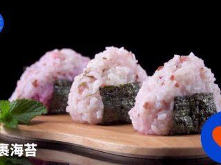 自制高颜值樱花饭团,剩米饭也能有春天,包裹海苔。完成。