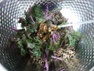 腊肉藜麦沙拉,把藜麦、甘蓝叶与一半的调味料混合好