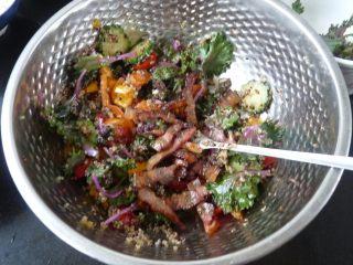 腊肉藜麦沙拉,最后放煎出油的烟熏腊肉撯拌均匀
