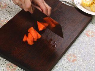 胡萝卜玉米排骨汤,胡萝卜削皮,切滚刀状。