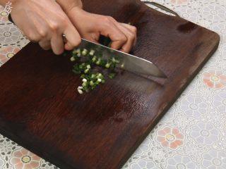 胡萝卜玉米排骨汤,葱洗干净后,切成葱花备用。