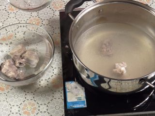 胡萝卜玉米排骨汤,捞出排骨放入清水里,洗去浮沫。