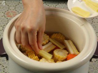 胡萝卜玉米排骨汤,倒入适量的水,没过食材,然后放入姜片。