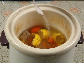 胡萝卜玉米排骨汤,'煲汤'程序结束后,加入适量的盐调味。