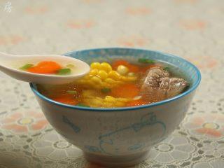 胡萝卜玉米排骨汤,把汤盛入碗里,撒上少许的葱花,即可食用。