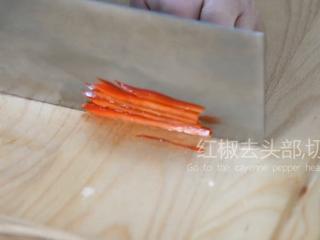 2分钟学会这道网红菜——蓑衣黄瓜,红椒去头,切丝