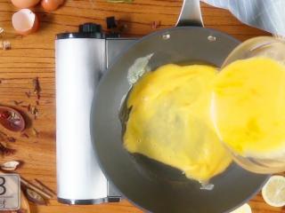 香椿炒鸡蛋,春季食补新主张,倒入蛋液