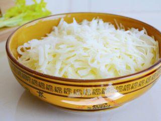 土豆烘饼】,用最少的调料还原土豆的本真~,放入盐腌制十分钟,让土豆丝变的柔软~ 如果土豆的含水量过大,腌制好后倒入多余的土豆汁液~