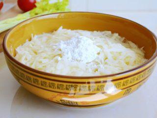 土豆烘饼】,用最少的调料还原土豆的本真~,放入十三香和一点面粉,不需要很多。 放面粉是为了让土豆丝之间更好的贴合, 在煎制过程中好翻面~