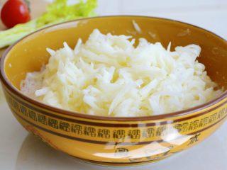 土豆烘饼】,用最少的调料还原土豆的本真~,面粉与土豆搅拌均匀~
