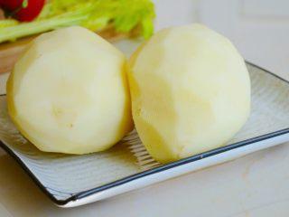 土豆烘饼】,用最少的调料还原土豆的本真~,土豆去皮备用.