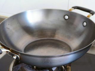 土豆烘饼】,用最少的调料还原土豆的本真~,找一个适中大小的厚底锅子烧热。 锅子底部大小就是烘饼的大小~