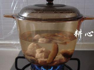 海参竹荪汤,盖锅盖,大火煮滚,转文火煮30分钟。