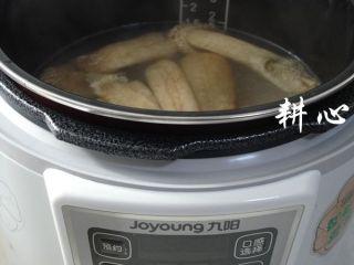 海参竹荪汤,煮锅煮好的汤品全部倒入电压力煲内胆中。