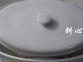 桂圆枸杞鸽子汤,盖锅盖。