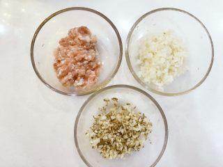 宝宝辅食:包菜马蹄瘦肉卷-24M+ ,把瘦肉清洗沥干后剁碎,和剁饺子馅差不多,可以稍稍颗粒大点。马蹄去皮,剁碎成沫,香菇清洗后剁碎。 》家里有搅拌机的也可以用搅拌机,小芽手剁的
