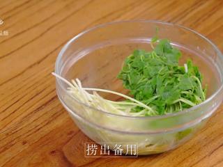 开春季:春天一定要吃的美容减肥菜,不断翻动,菜杆儿变透明时,即可捞出