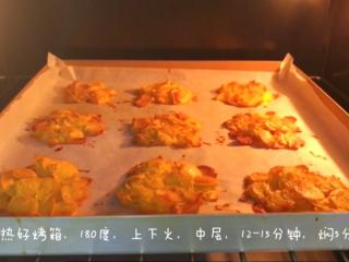 宝宝辅食:玉米片脆饼-24M+ ,放入烤箱,180度,上下火,中层烤12-15分钟左右,然后焖5分钟取出。刚取出的时候是软软的,充分冷却后边缘会变得香脆,但中间还是有嚼劲的口