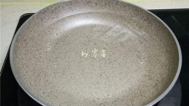 虾仁跑蛋,锅里倒入清水烧开;