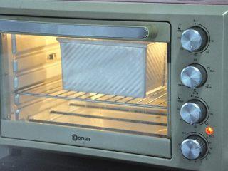 黄油椰蓉吐司条,放入预热好的烤箱,上下火175度,时间38分钟左右。(时间与温度请参照自家烤箱脾气),如表面上色较深,可在20分钟后加盖一张锡纸。