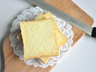 黄油椰蓉吐司条,出炉后立即脱模,在晾架上散热,取出后最好先侧放一会儿,以免凹腰,待完全凉透再切片处理。